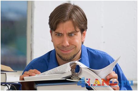 Мужчина склонился над книгой